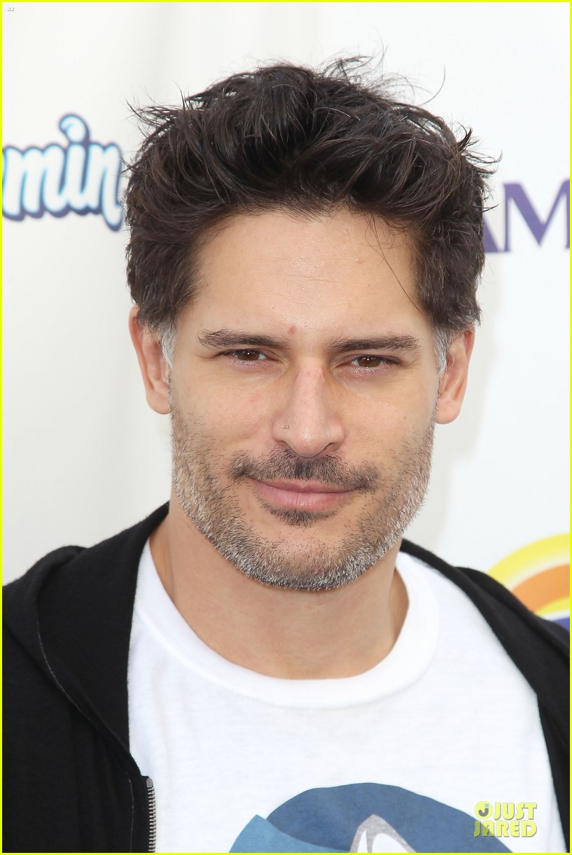 joe manganiello cheers for diana nyad swim for relief 04