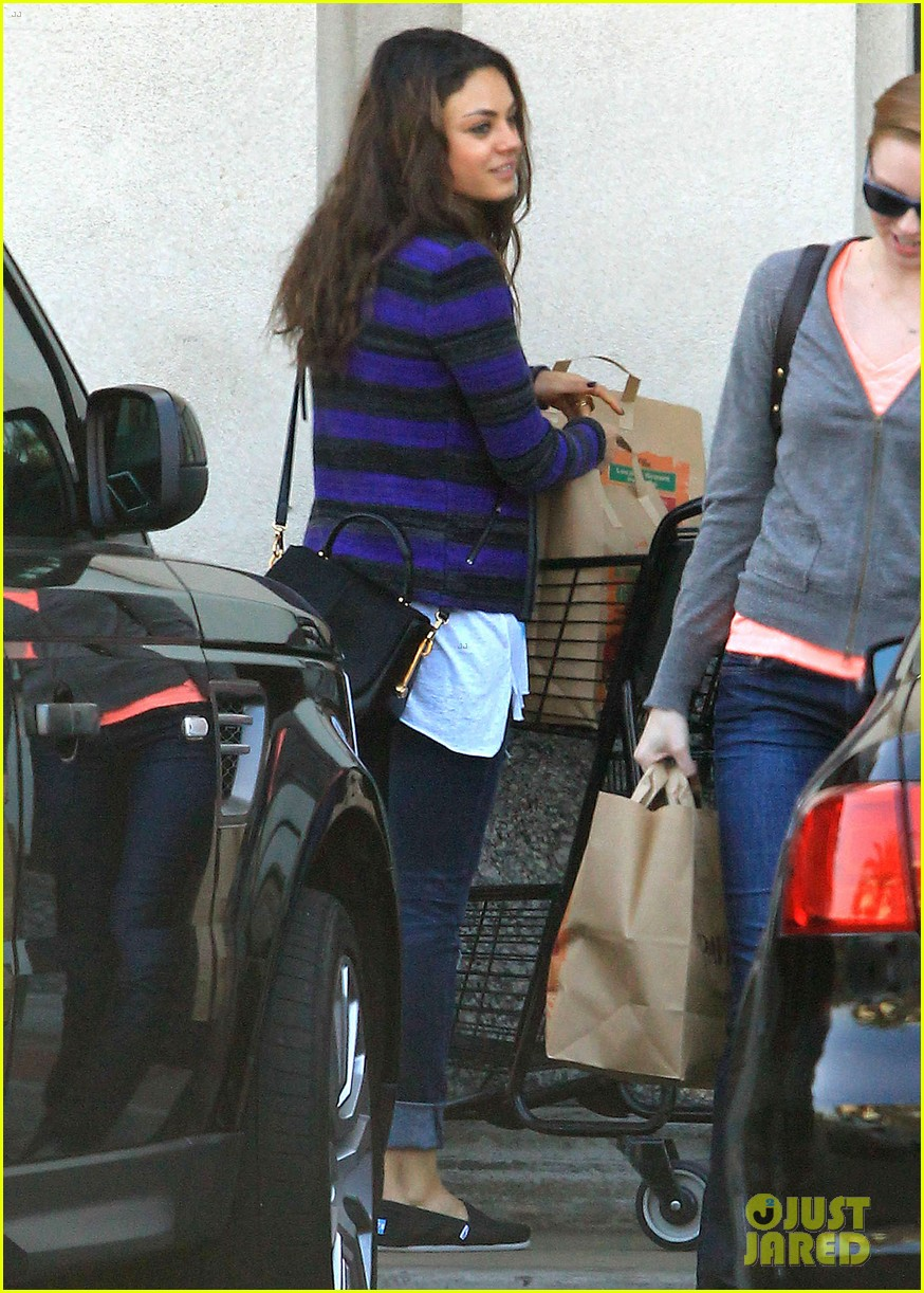 mila kunis grocery shopping gal 09