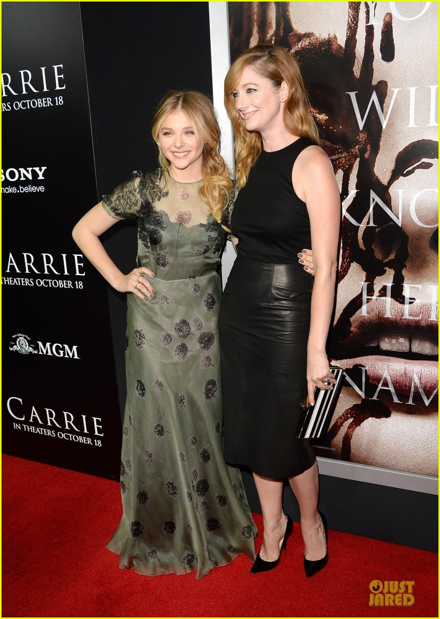 chloe moretz julianne moore carrie hollywood premiere 25