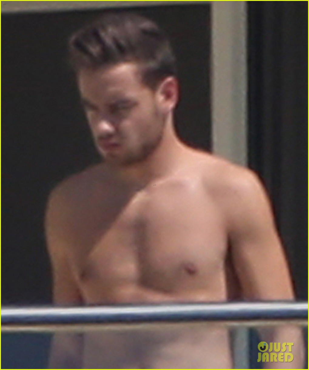 liam payne wears underwear super low on hotel balcony 02