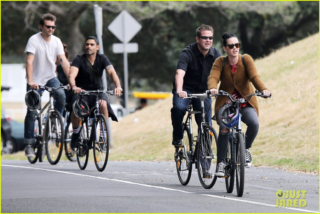 katy perry bikes in sydney thanks fans for bday wishes 07