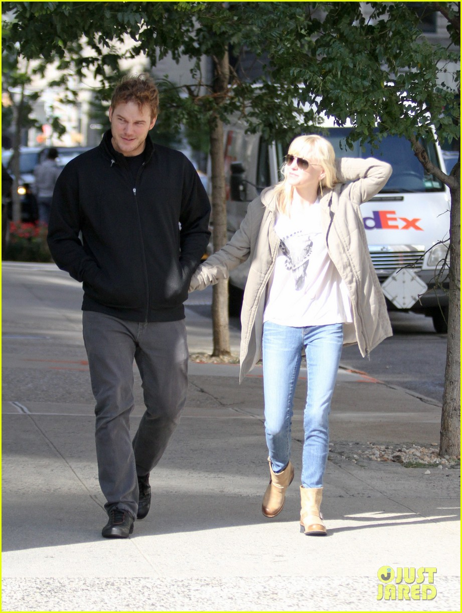 chris pratt strolls with anna faris tweets thanks for guardians 012972304