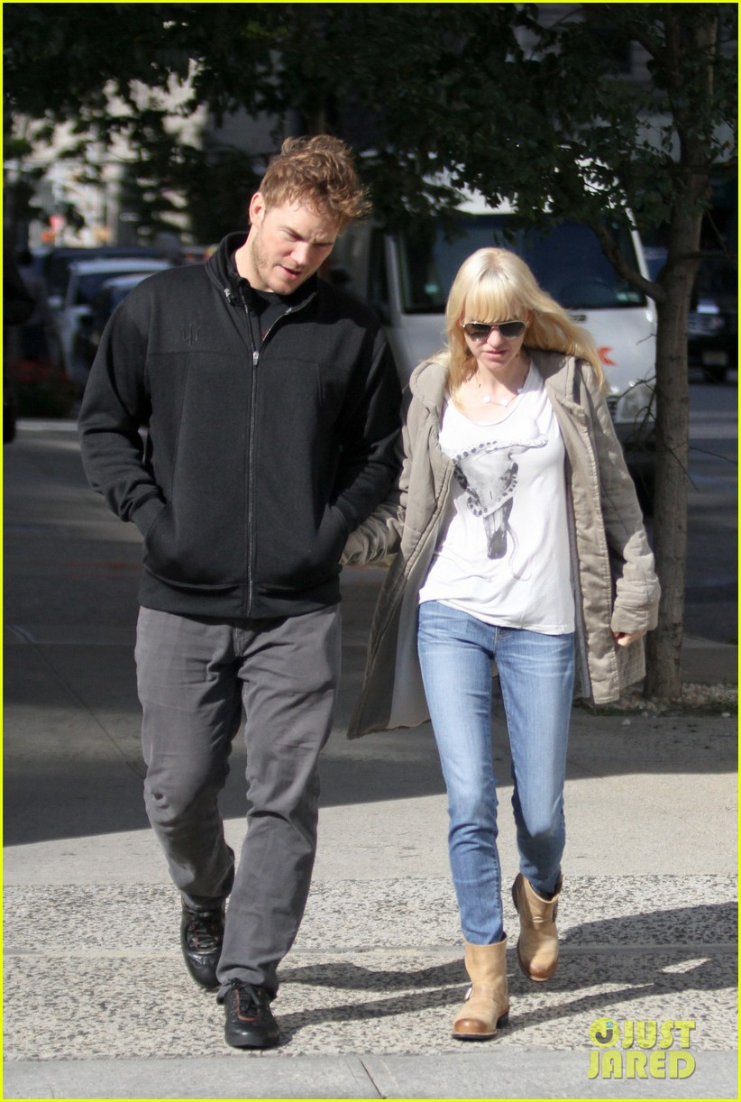 chris pratt strolls with anna faris tweets thanks for guardians 07