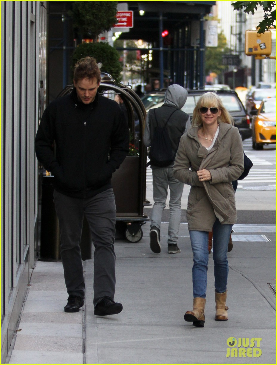 chris pratt strolls with anna faris tweets thanks for guardians 16