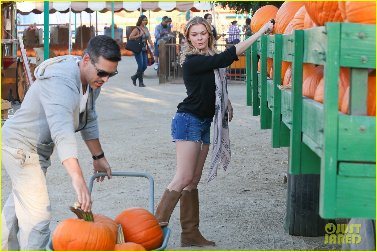 leann rimes eddie cibrian pumpkin picking pair 06