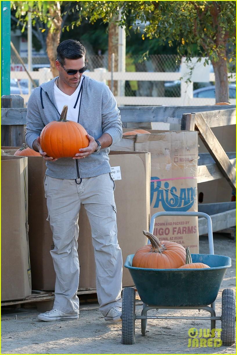 leann rimes eddie cibrian pumpkin picking pair 07