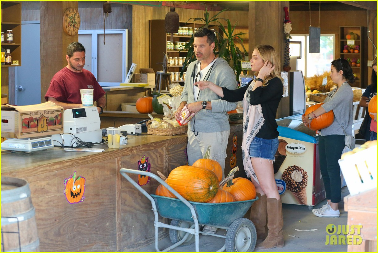 leann rimes eddie cibrian pumpkin picking pair 092974229