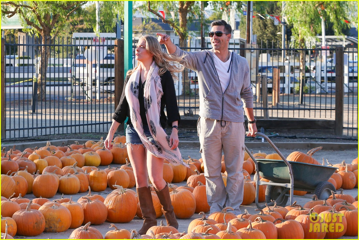 leann rimes eddie cibrian pumpkin picking pair 14