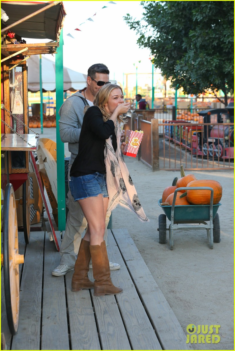 leann rimes eddie cibrian pumpkin picking pair 212974241