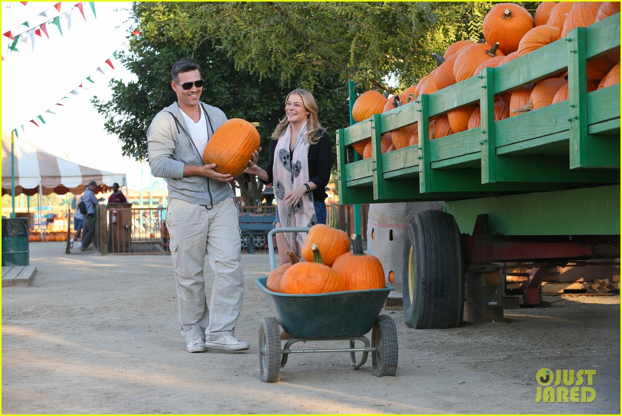leann rimes eddie cibrian pumpkin picking pair 23