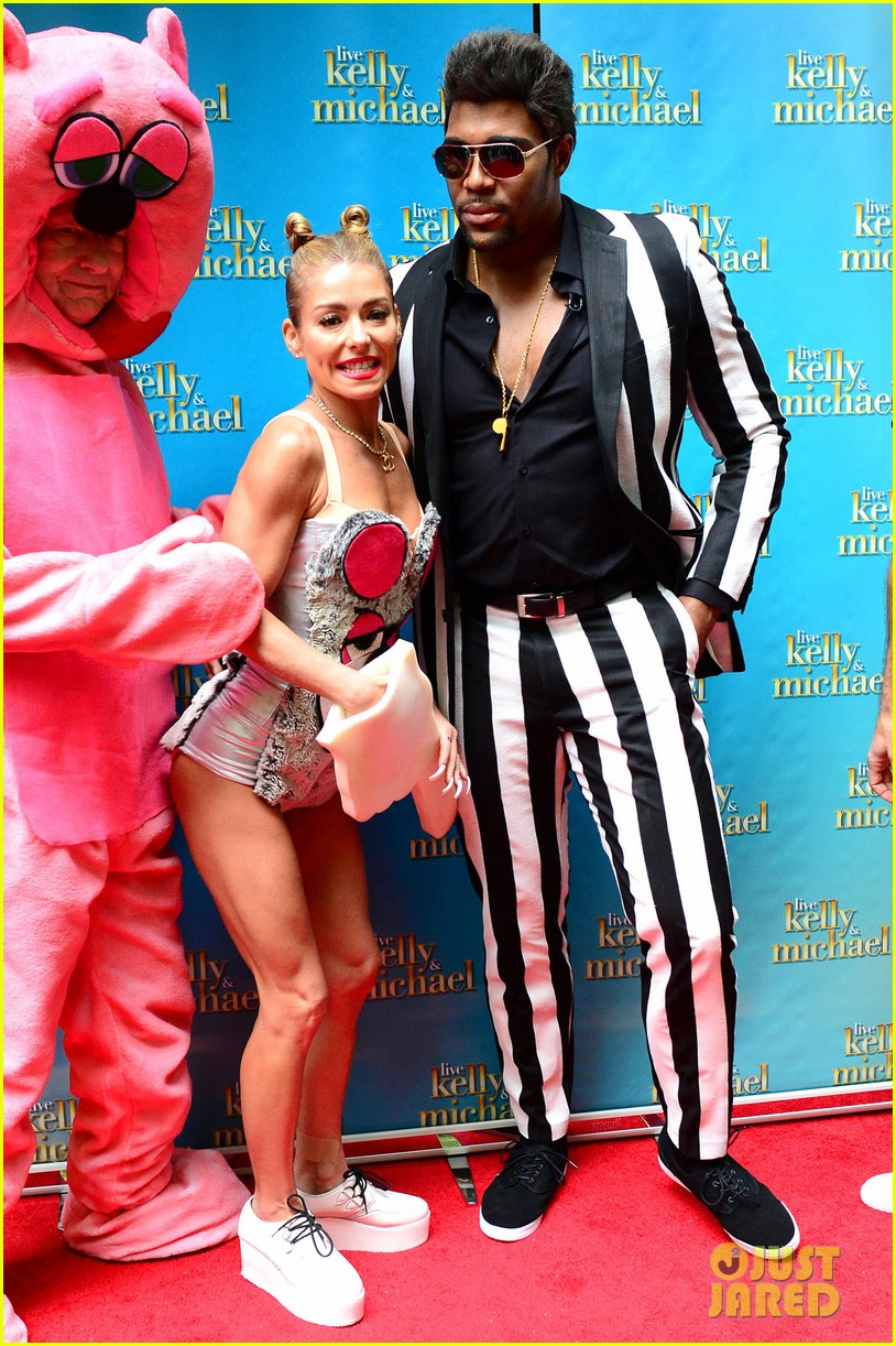 kelly ripa miley cryus vma halloween costume with michael strahan as robin thicke 03