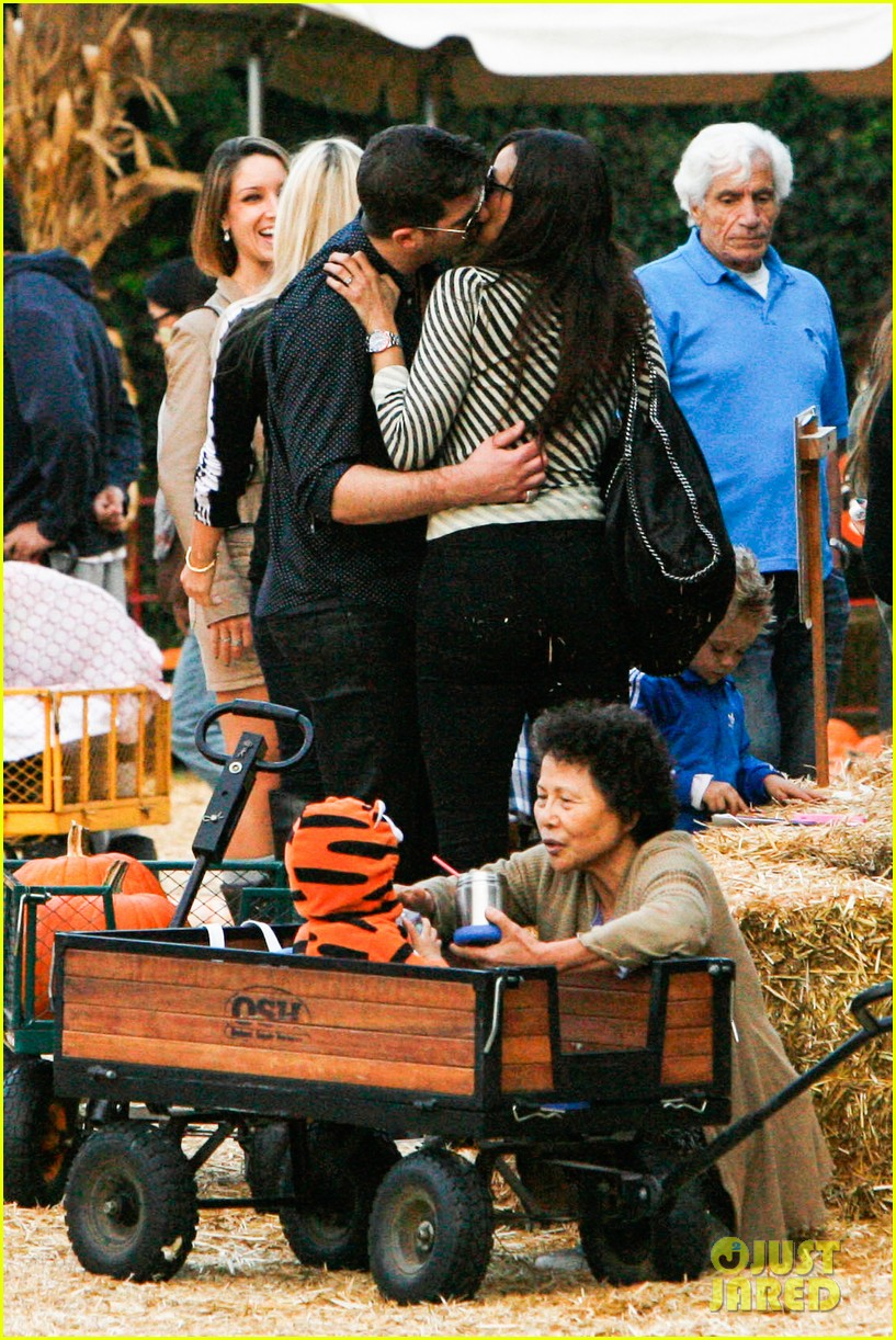 robin thicke paula patton smooches pumpkin patch 03