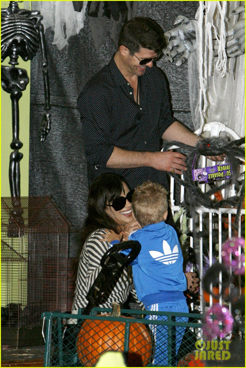 robin thicke paula patton smooches pumpkin patch 27