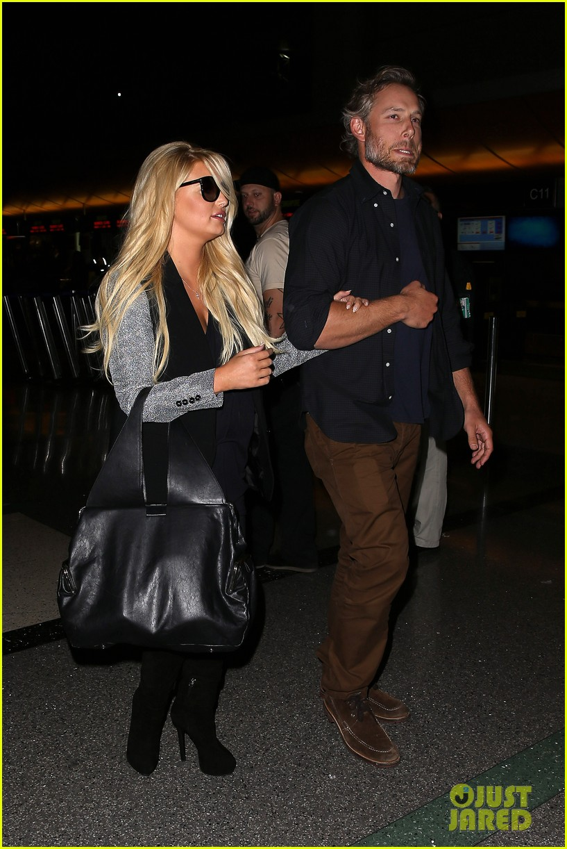 jessica simpson links arms with eric johnson at airport 05