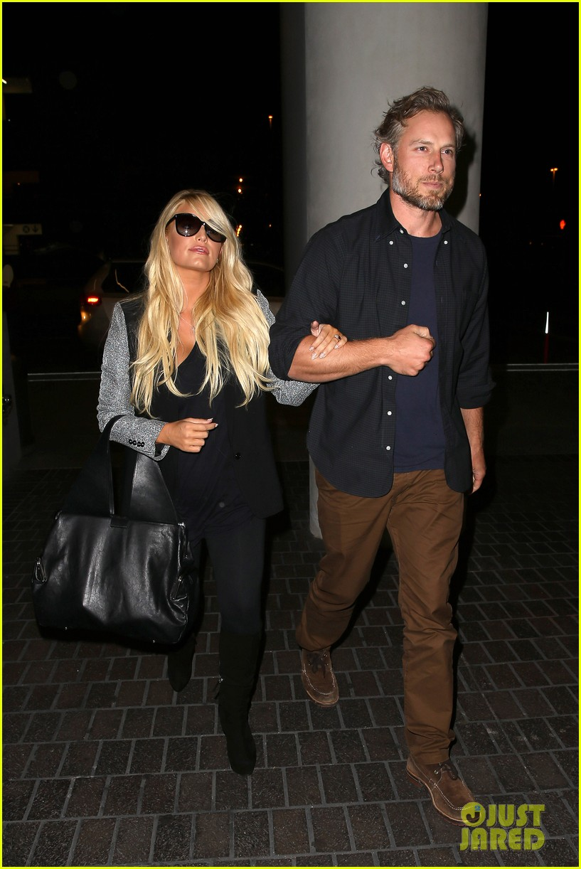 jessica simpson links arms with eric johnson at airport 22