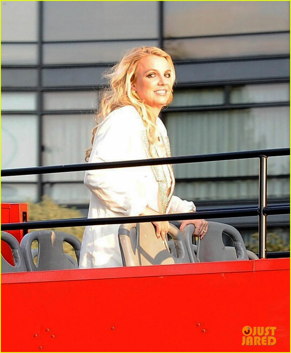 britney spears sightsees on double decker bus in london 16