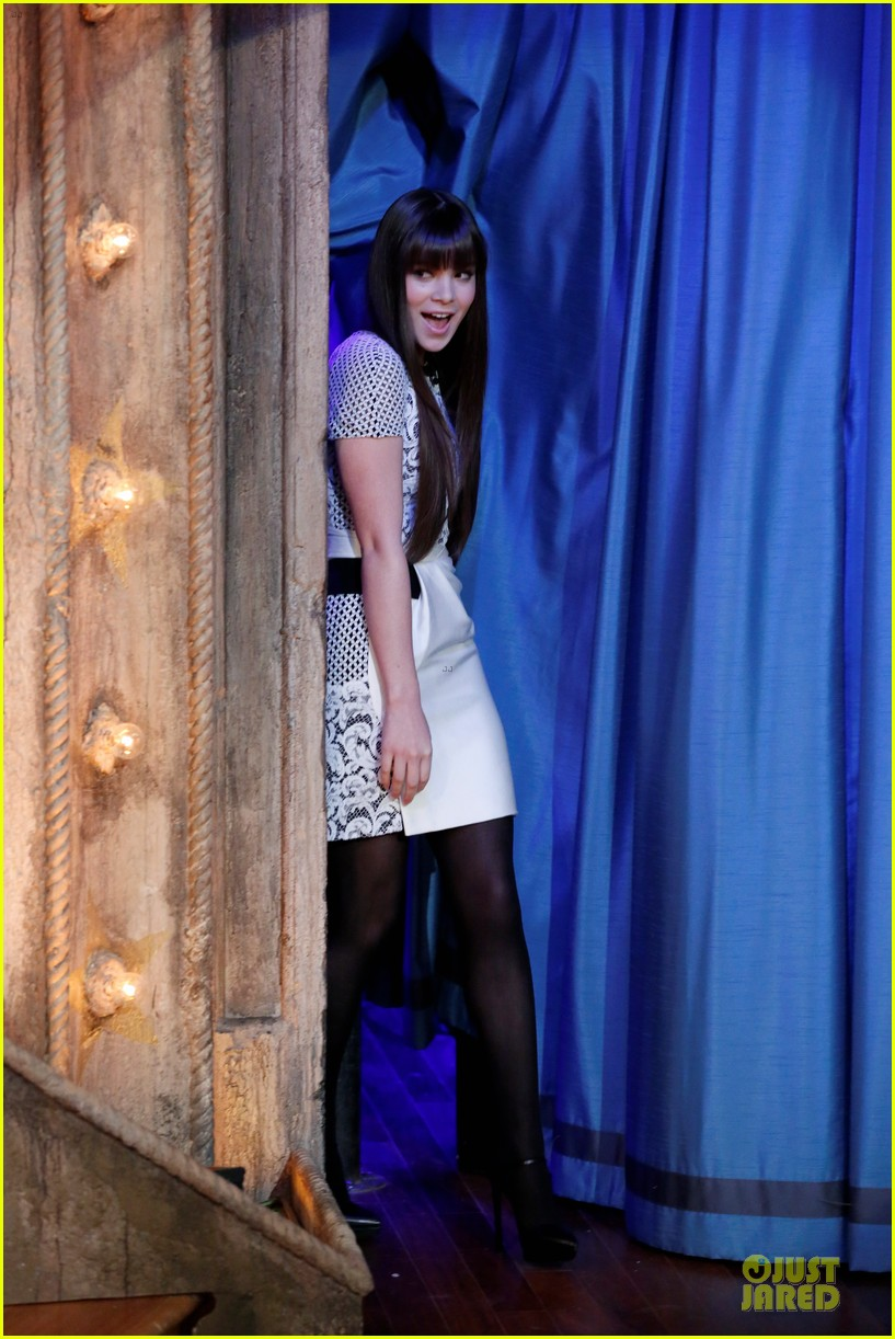 hailee steinfeld backstage at jimmy fallon watch now 012977231