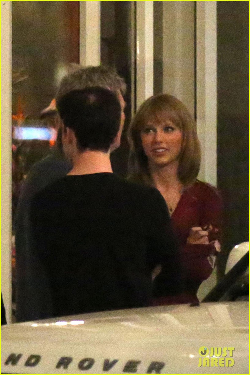 taylor swift alexander skarsgard dine with the giver cast 14