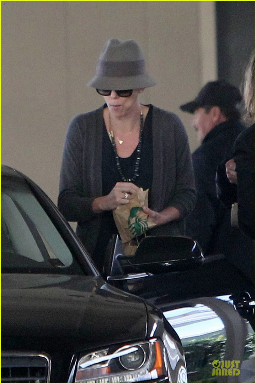 charlize theron snack grabbing lax arrival 02