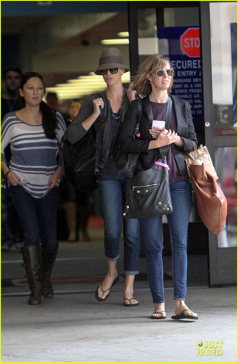 charlize theron snack grabbing lax arrival 032981928