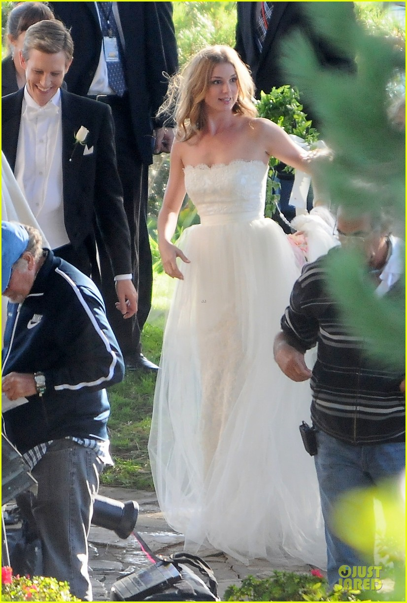 emily vancamp white wedding dress for revenge 02
