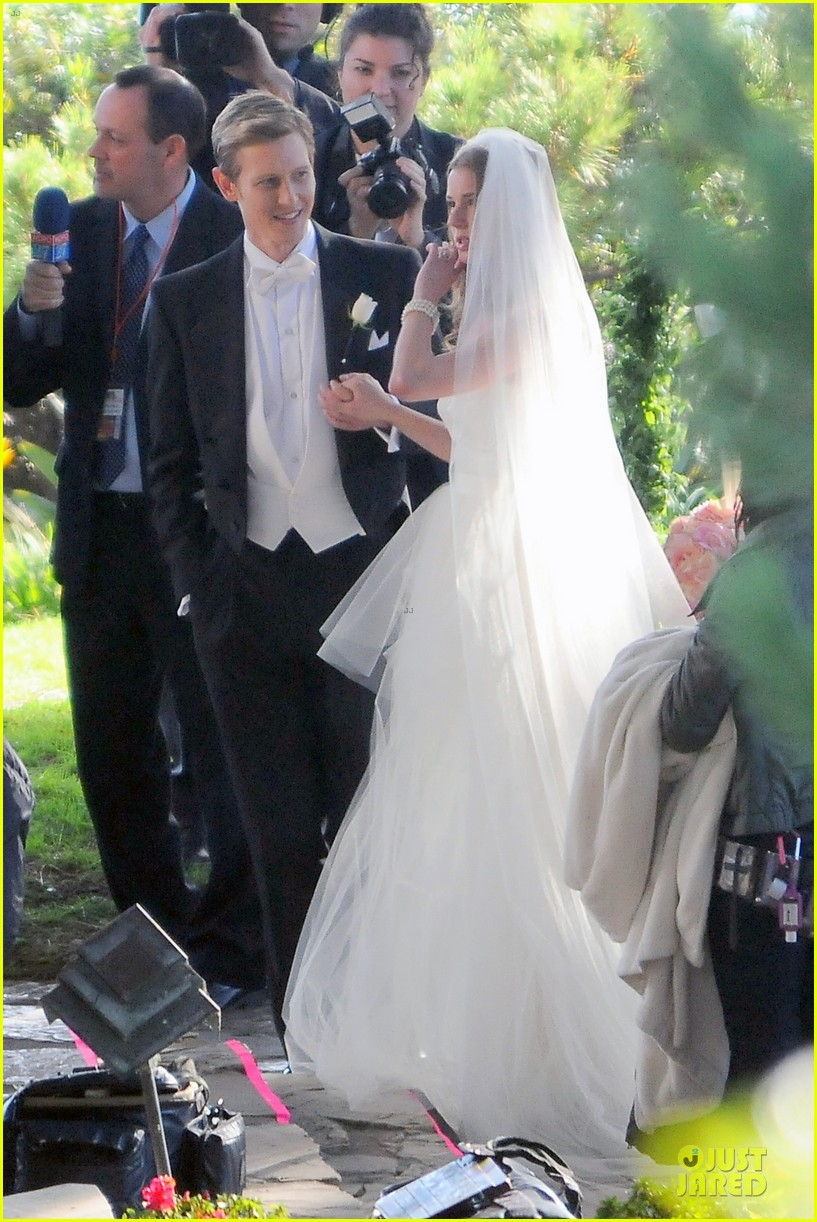 emily vancamp white wedding dress for revenge 14