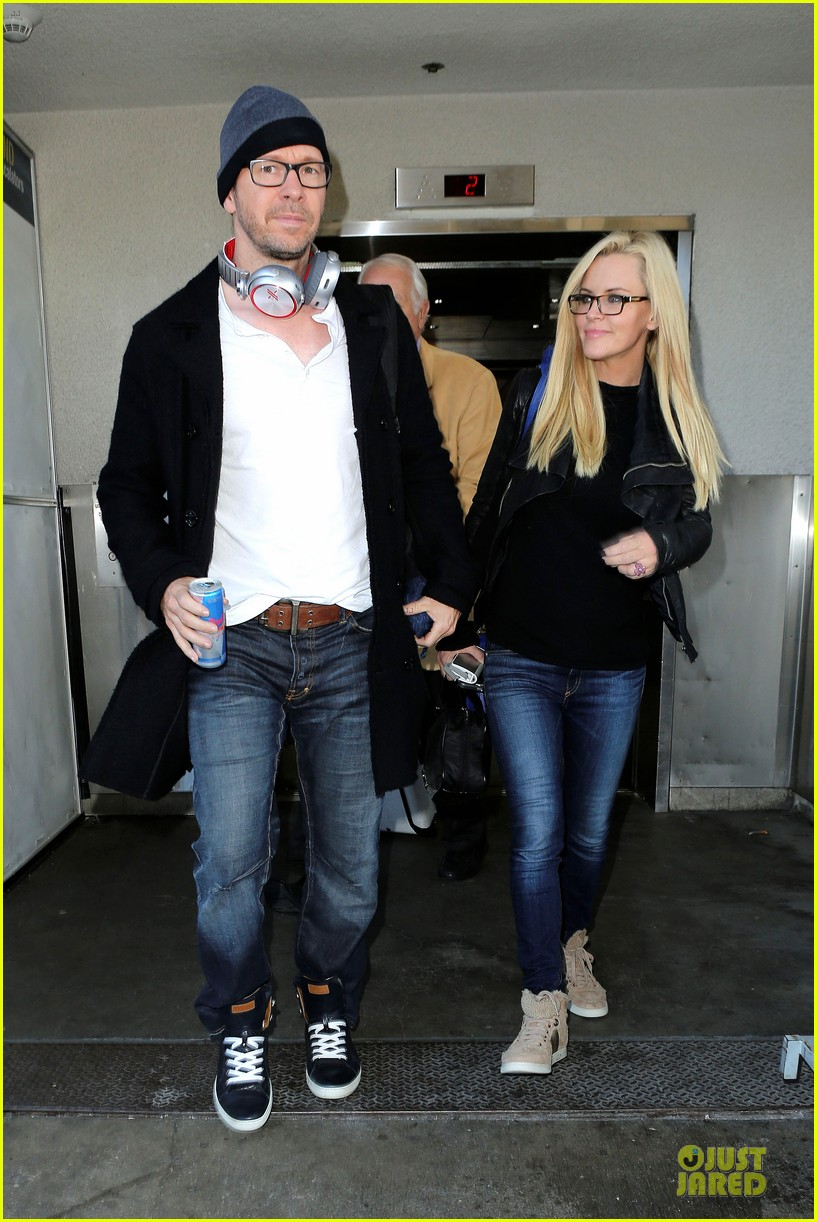 donnie wahlberg jenny mccarthy hold hands at lax airport 01