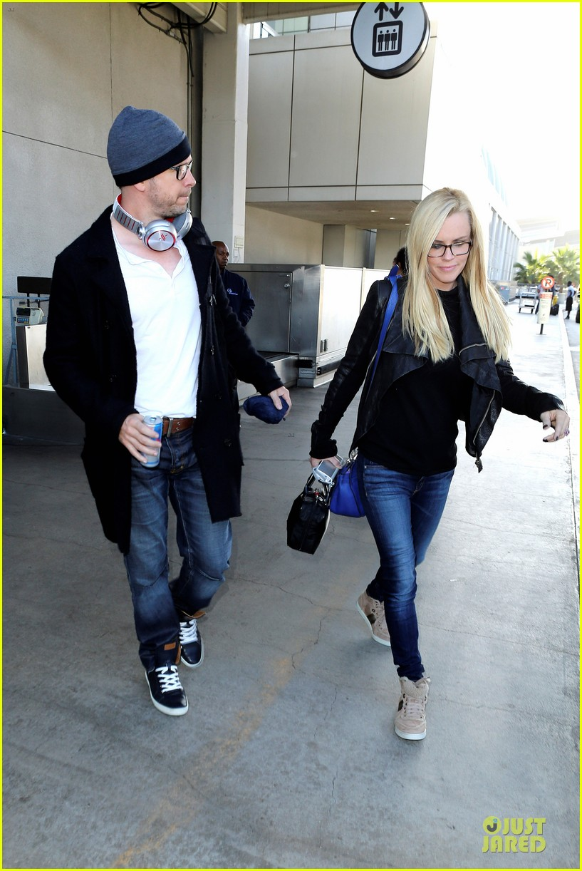 donnie wahlberg jenny mccarthy hold hands at lax airport 08