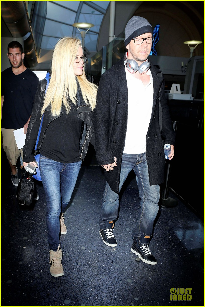 donnie wahlberg jenny mccarthy hold hands at lax airport 10