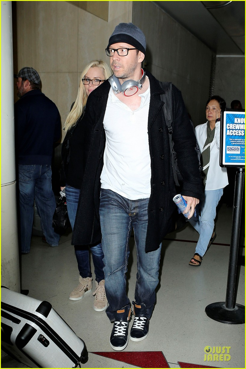 donnie wahlberg jenny mccarthy hold hands at lax airport 13