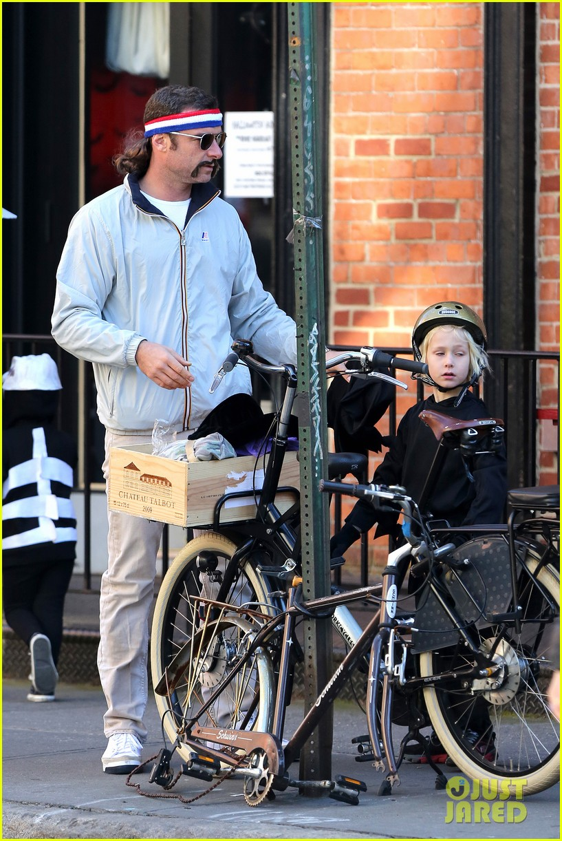 naomi watts liev schreiber early halloween with the boys 27
