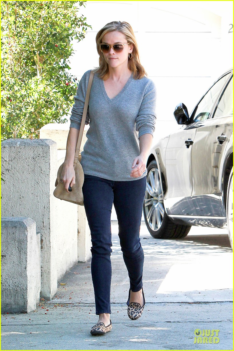 reese witherspoon fierce leopard print home visit 01