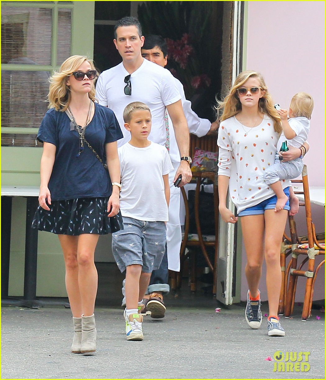 reese witherspoon jim toth saturday lunch with the kids 06