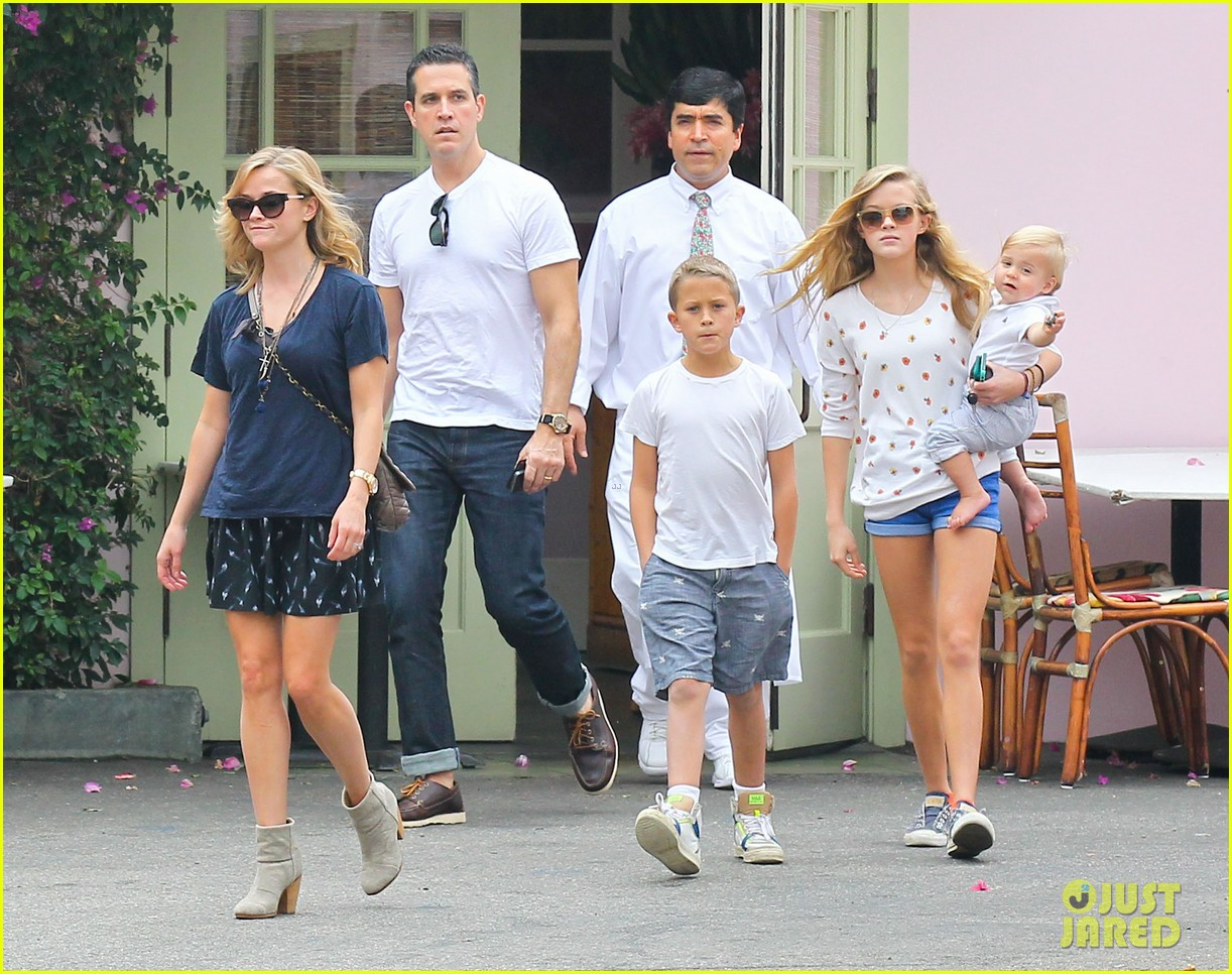 reese witherspoon jim toth saturday lunch with the kids 07