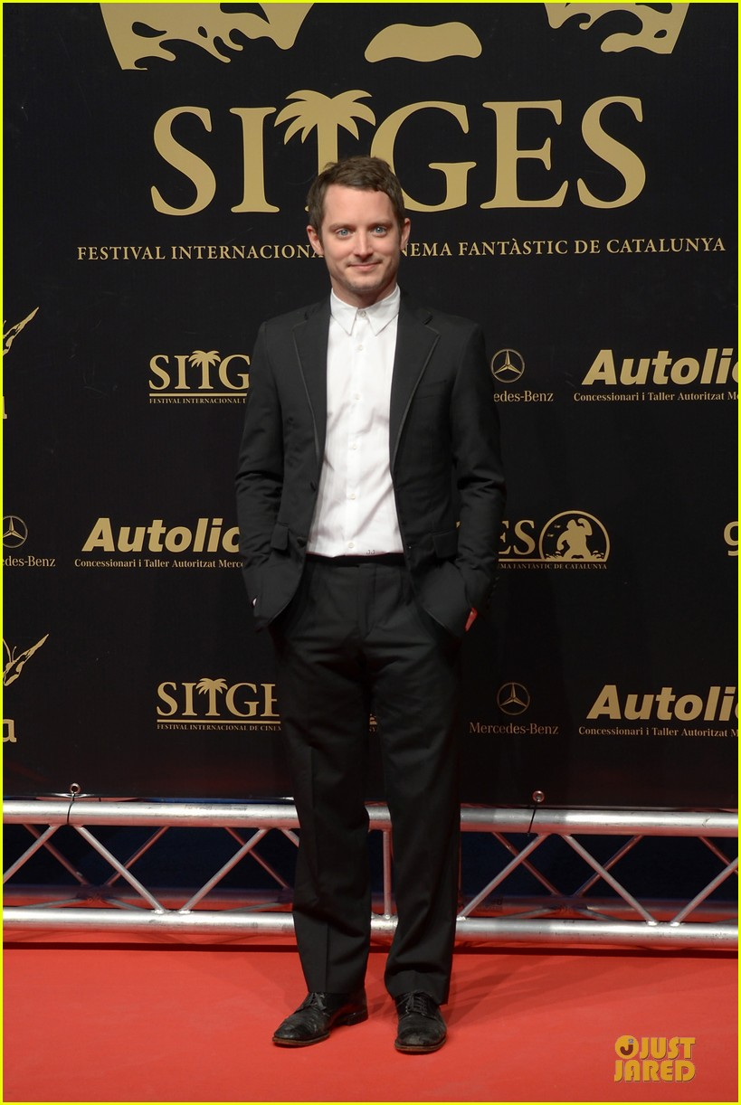 elijah wood grand piano photo call at sitges film fest 01