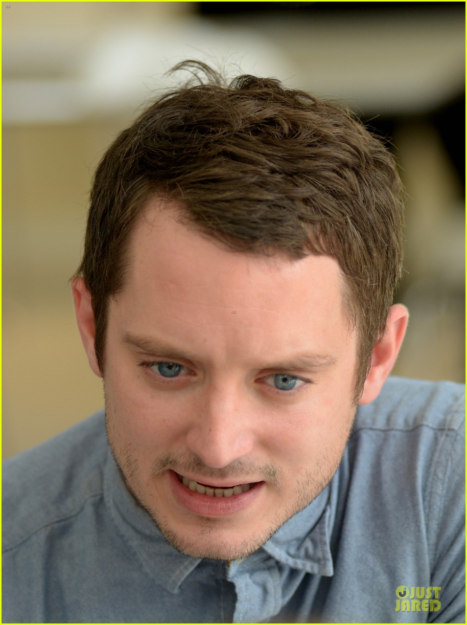 elijah wood grand piano photo call at sitges film fest 14