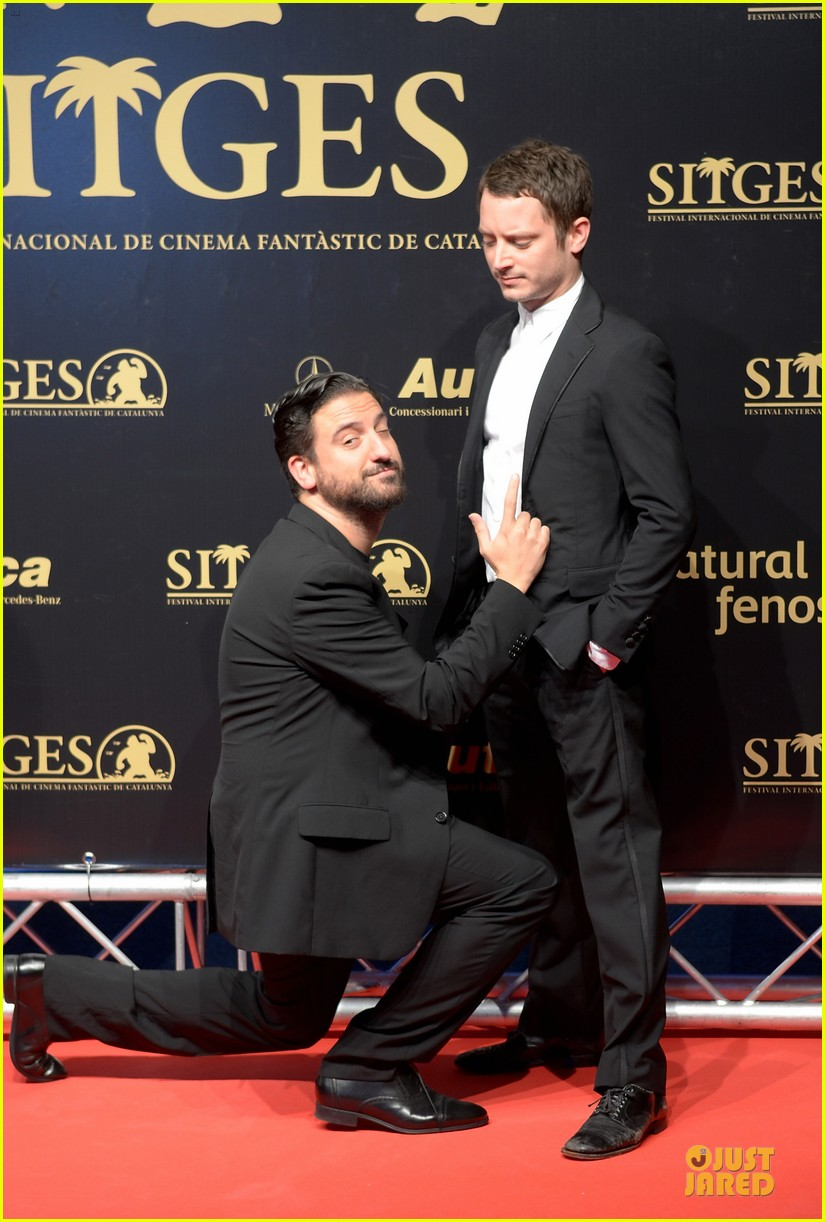 elijah wood grand piano photo call at sitges film fest 19