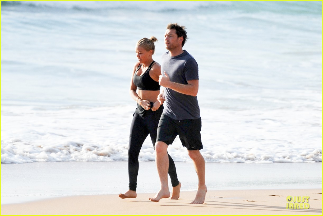 shirtless sam worthington laura bingle beach kissing couple 03