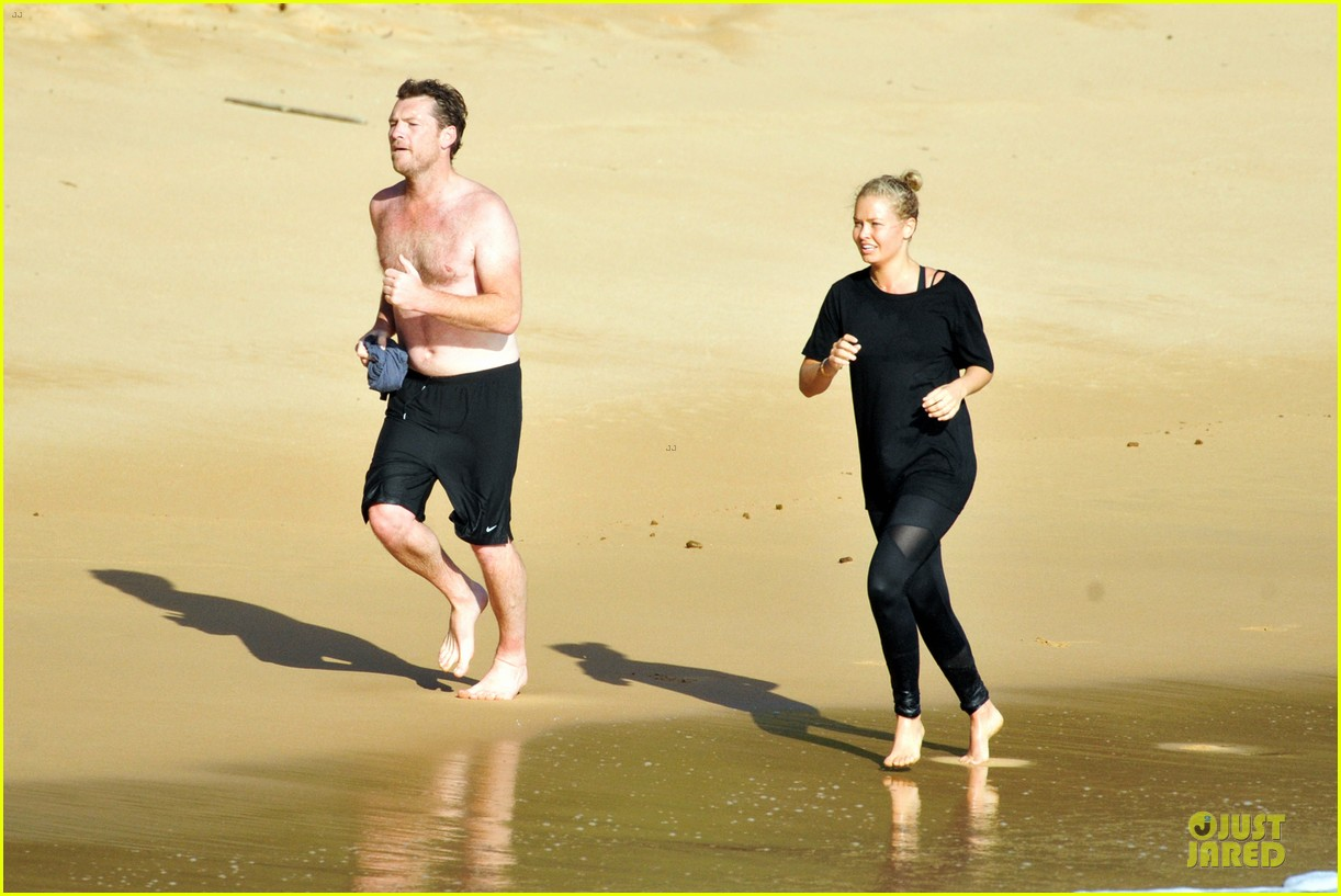 shirtless sam worthington laura bingle beach kissing couple 05