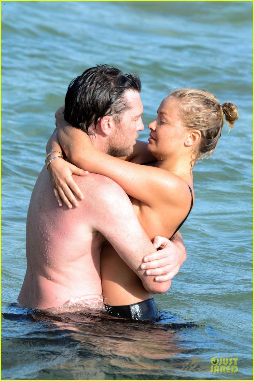 shirtless sam worthington laura bingle beach kissing couple 06
