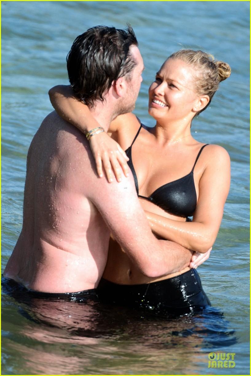shirtless sam worthington laura bingle beach kissing couple 19