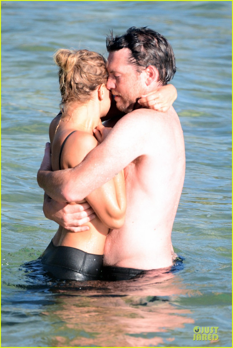 shirtless sam worthington laura bingle beach kissing couple 26