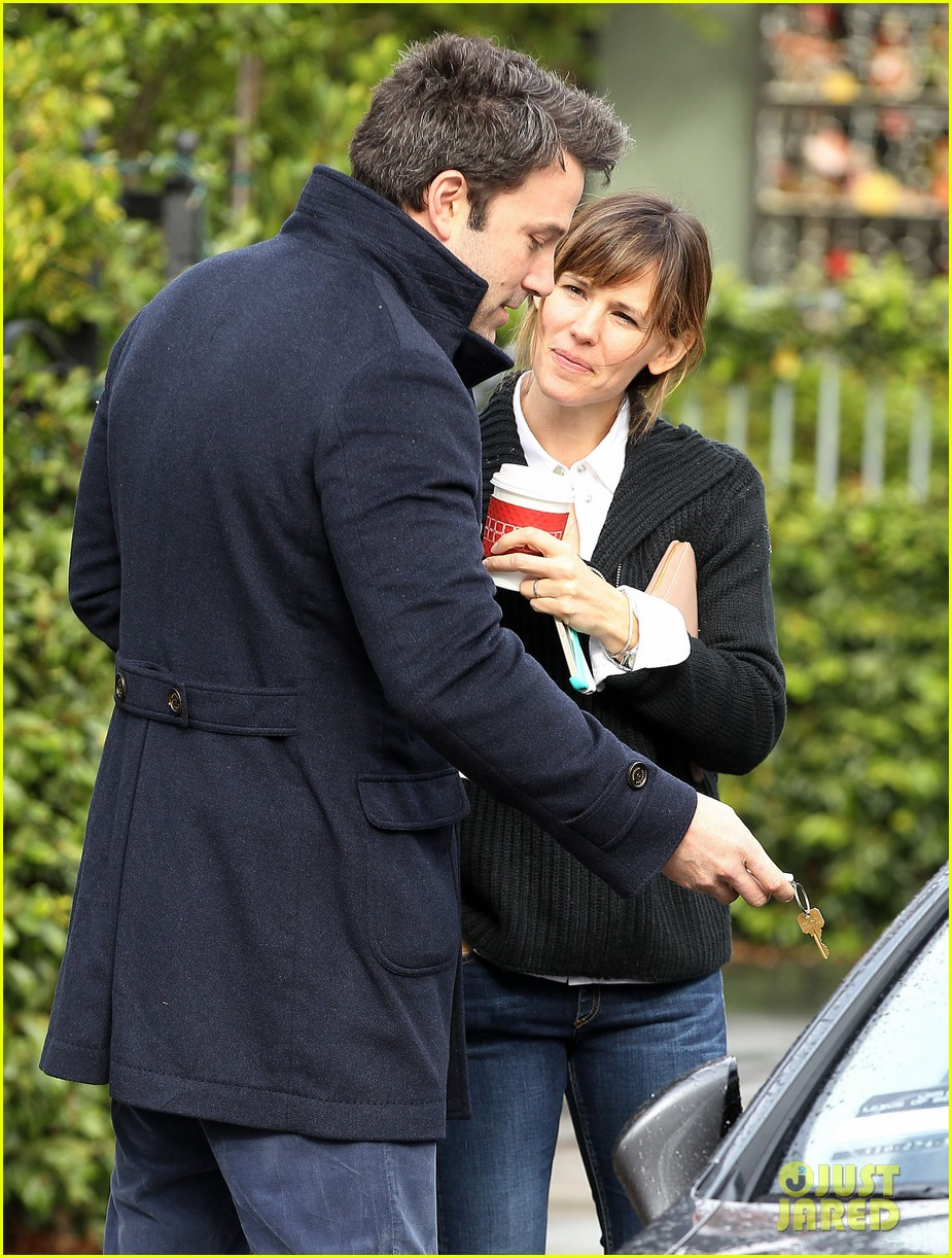 ben affleck opens car door for jennifer garner 04