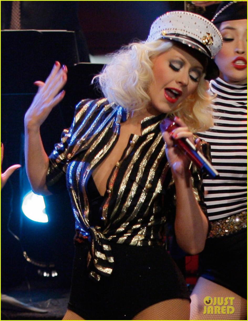 SORPRESA: No canto We Remain... Cantó CANDYMAN! Christina-aguilera-sexy-soldier-for-leno-thanksgiving-episode-02