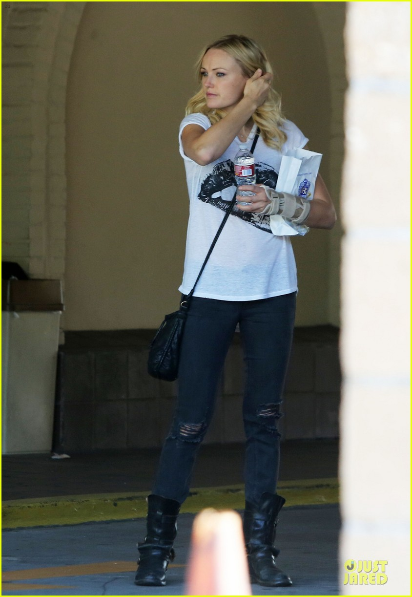 malin akerman wears arm brace after doctors visit 032984839