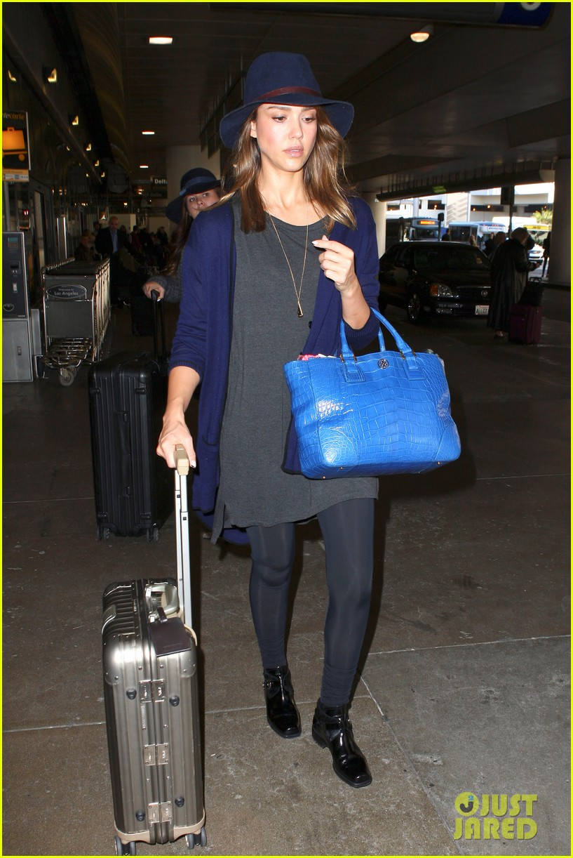 jessica alba flies home for the holiday 103000755