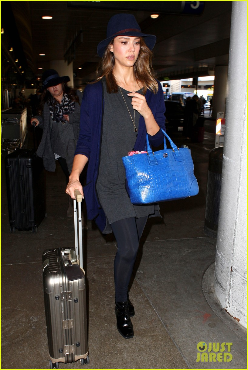 jessica alba flies home for the holiday 18