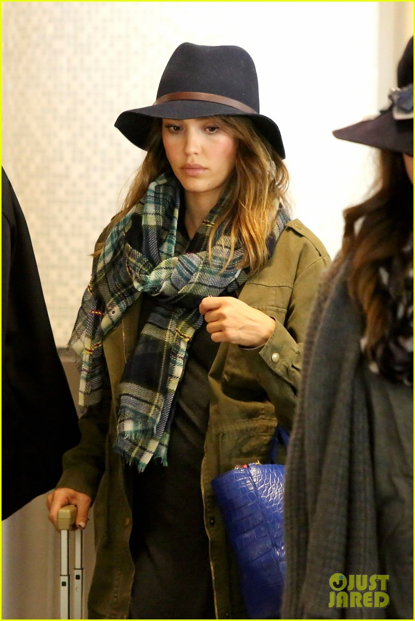 jessica alba flies home for the holiday 21