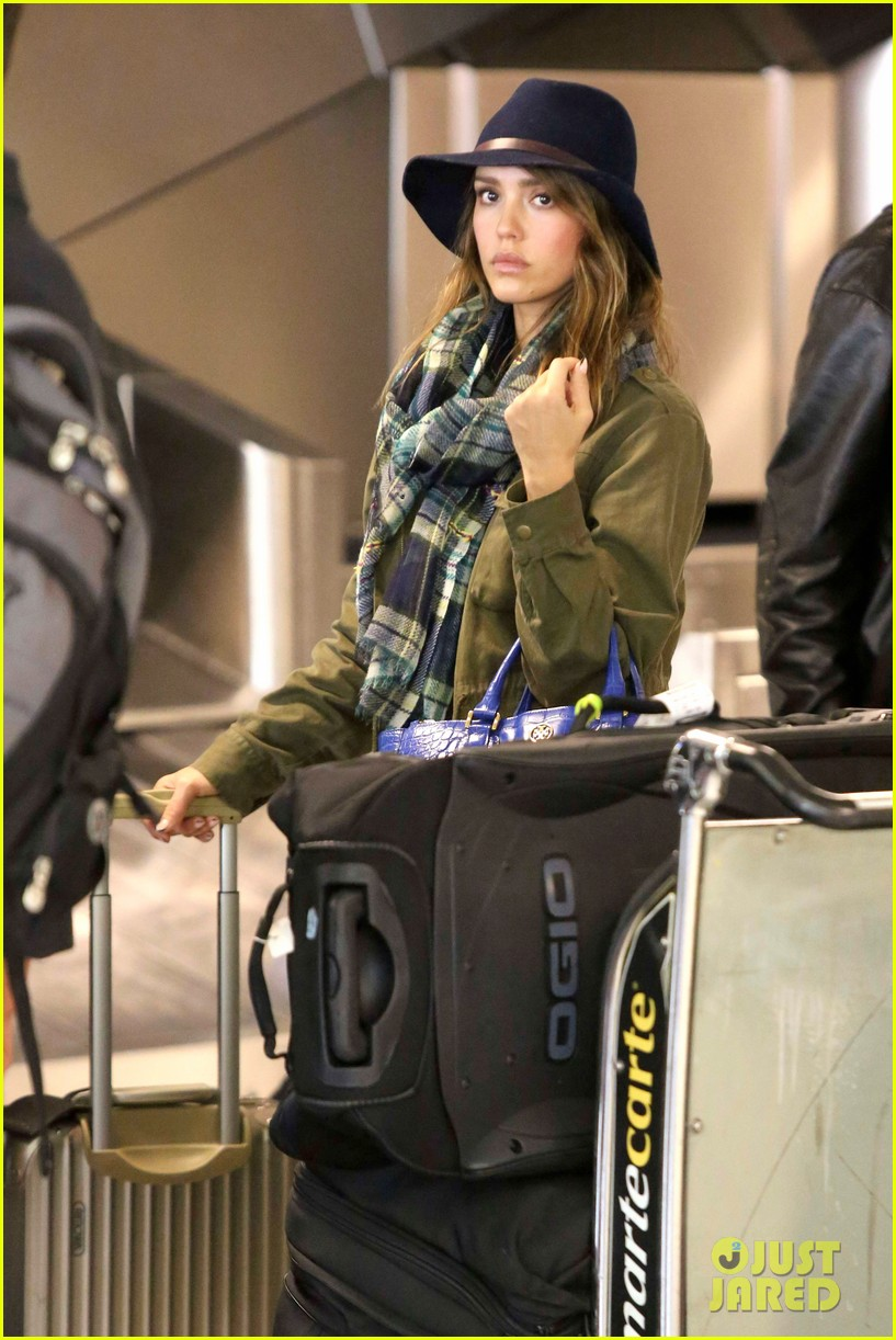 jessica alba flies home for the holiday 243000769