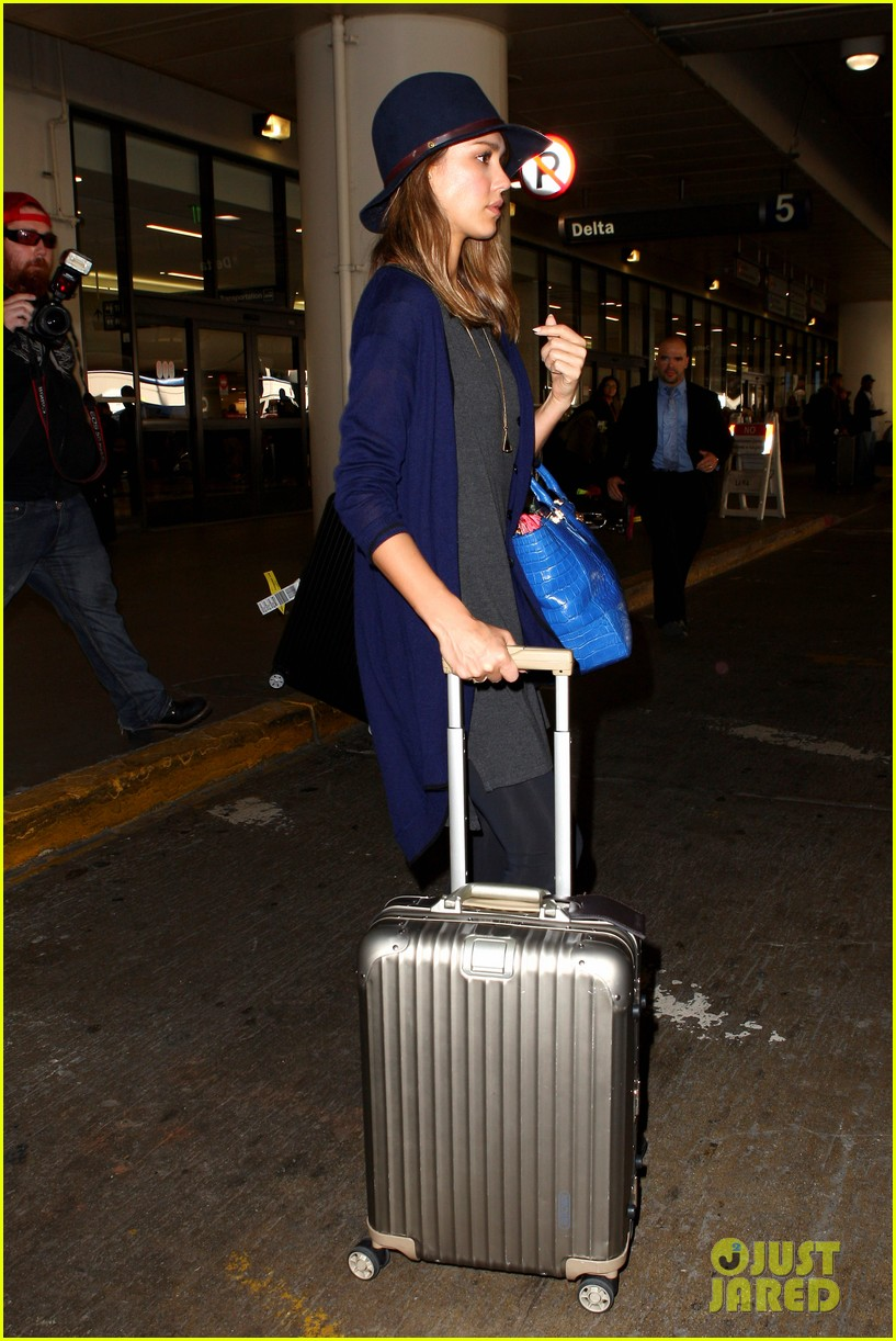 jessica alba flies home for the holiday 27